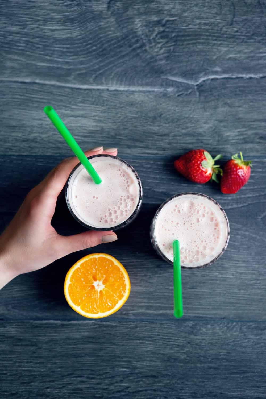 Sveikas vaisių ir jogurto kokteilis (glotnutis) su kanapių sėklomis