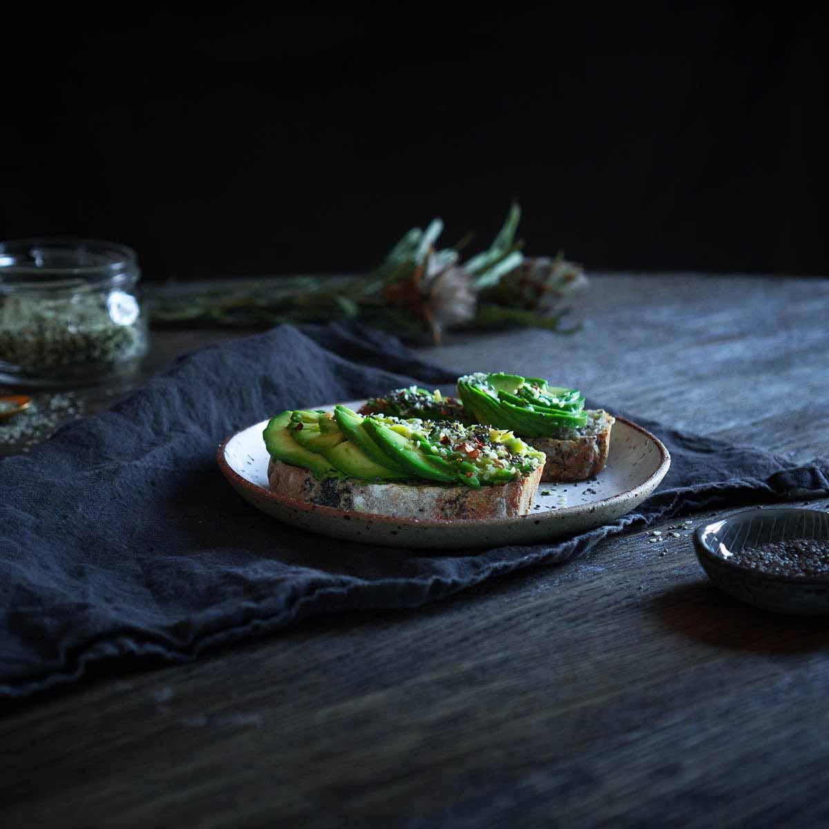 Avokado skrebutis su lukštentomis kanapių sėklomis